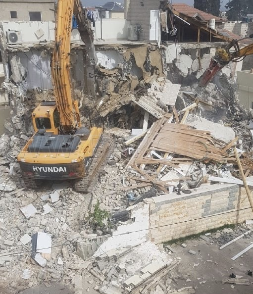 Photo of الجرافات تدخل مدينة اللد  وتهدم بناية من 3 طوابق لعائلة شعبان