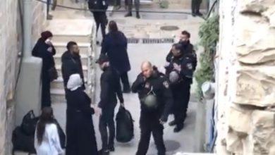 Photo of بالفيديو غضب في القدس : الشرطة تخلي عائلة أبو عصب من منزلها في البلدة القديمة
