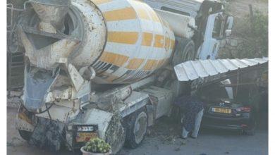 Photo of إنزلاق شاحنة باطون إلى باحة منزل في وادي عارة دون إصابات