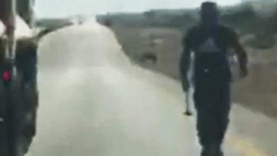 Photo of سائق يوقف شاحنته بوسط الطريق ويهاجم 4 شابات داخل سيارة