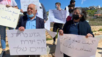 Photo of توما سليمان وشحادة في مركز الشرطة للضغط من أجل تحرير معتقلي مظاهرة الجش