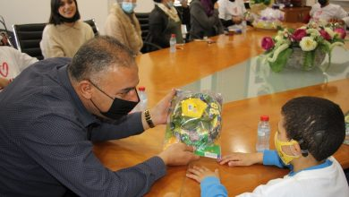 Photo of كفرقرع: طلاب مدرسة العطاءيكرمون رئيس وموظفي مجلس محلي كفرقرع على عطائهم في يوم الاعمال الخيرية