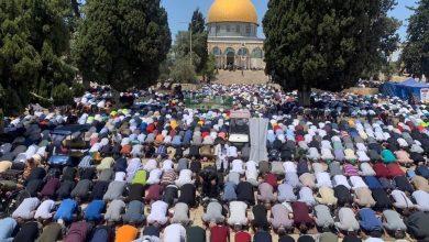 Photo of أكثر من 70 ألف مصلّ أدّوا صلاة الجمعة الأخيرة من شهر رمضان في رحاب المسجد الأقصى